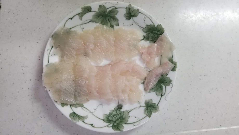 捌き終わって皿に乗ったヒラメの写真